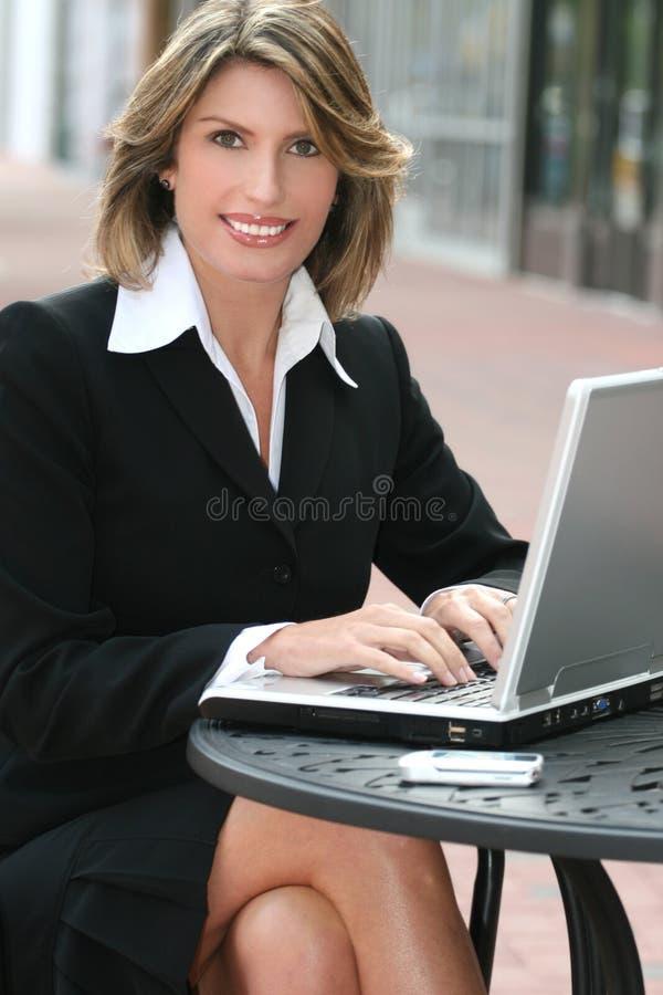 Corporativo, mujer de negocios con la computadora portátil al aire libre fotos de archivo