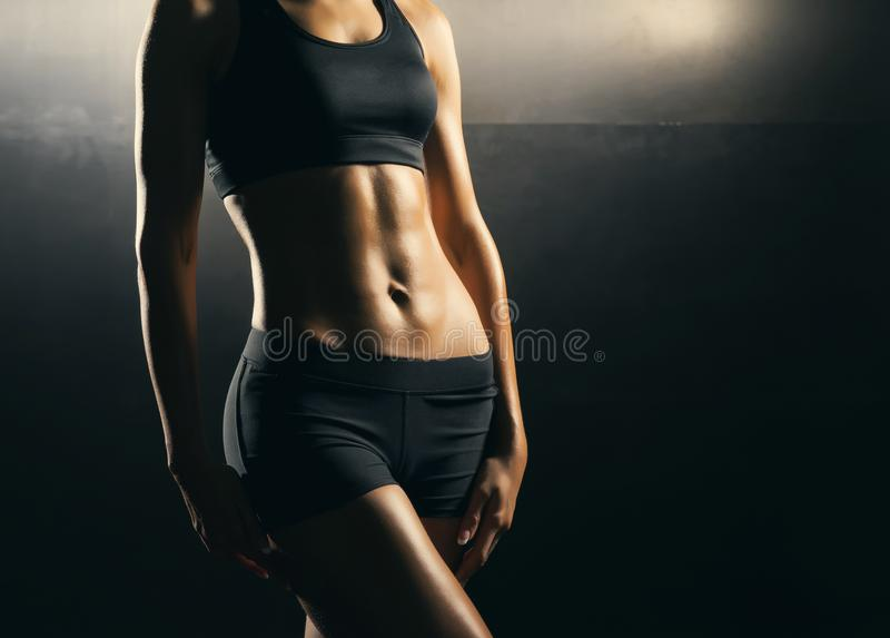 Corps convenable de belle, en bonne santé et sportive fille Femme mince posant dans les vêtements de sport photos libres de droits