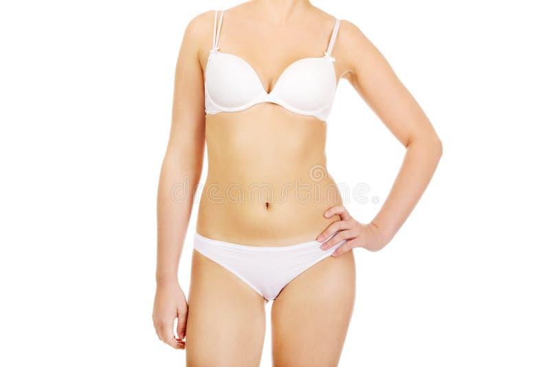 Corps de jeune femme mince dans les sous-vêtements blancs photo libre de droits