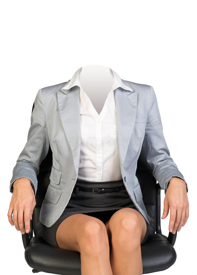 Corps de jeune femme s'asseyant dans la chaise image libre de droits