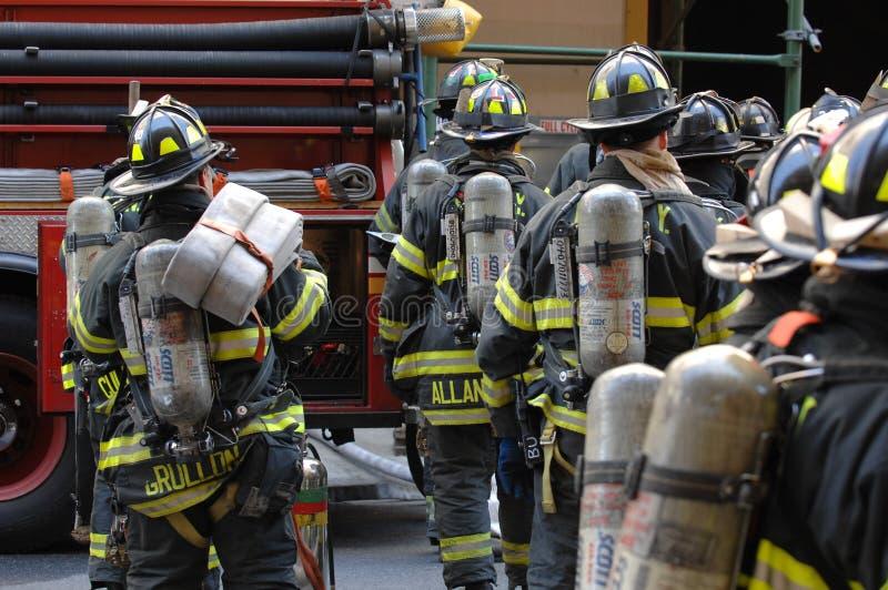 Corps de sapeurs-pompiers NYC dans l'action image libre de droits