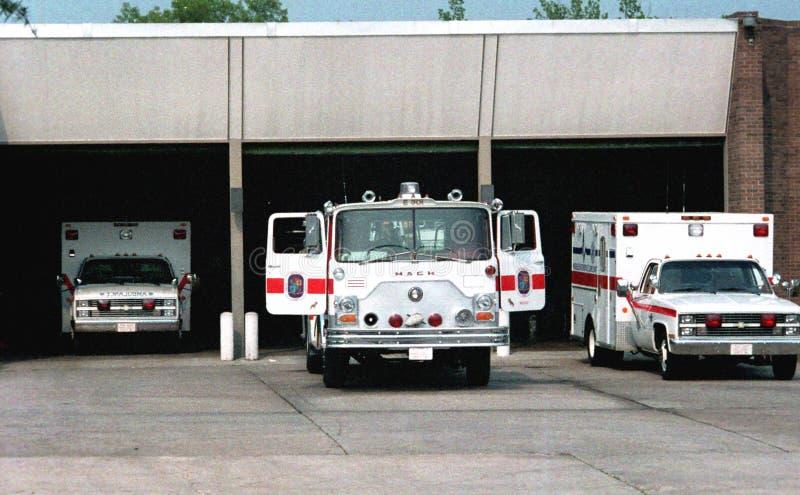 Corps de sapeurs-pompiers de prince George avec un camion de pompiers et deux ambulances dans leur firehouseRT image stock
