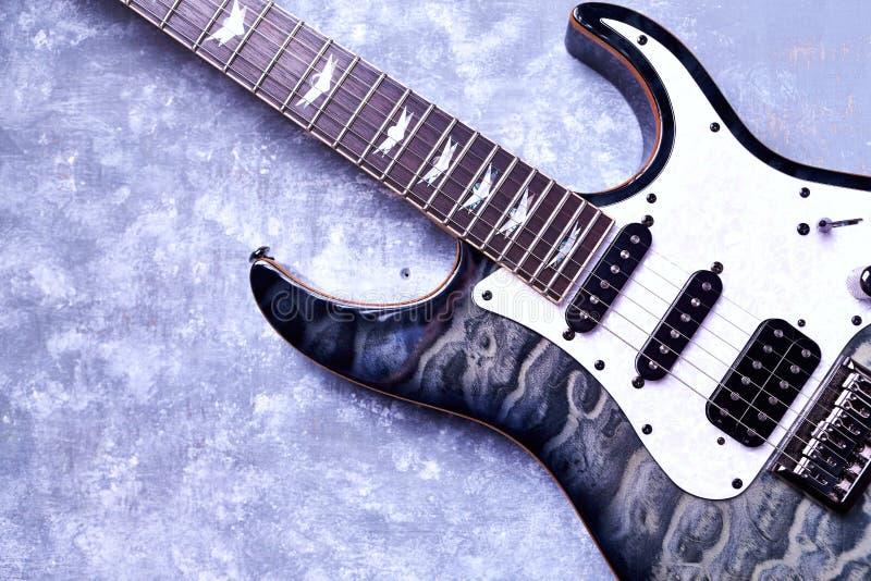 Corps et fretboard de guitare ?lectrique moderne sur le fond en bois rustique image stock