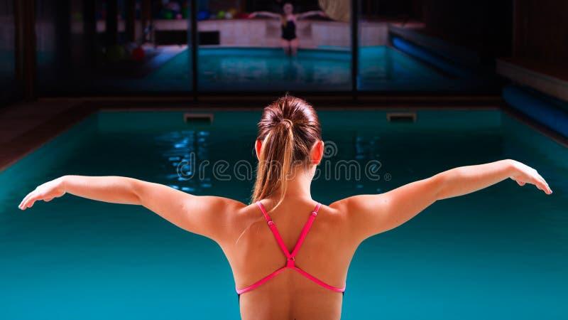 Corps musculaire de nageuse de fille dans le maillot de bain au poolside image stock