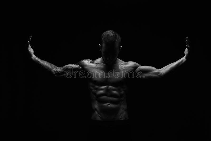 Corps musculaire nu de showes sportifs forts d'homme photo stock