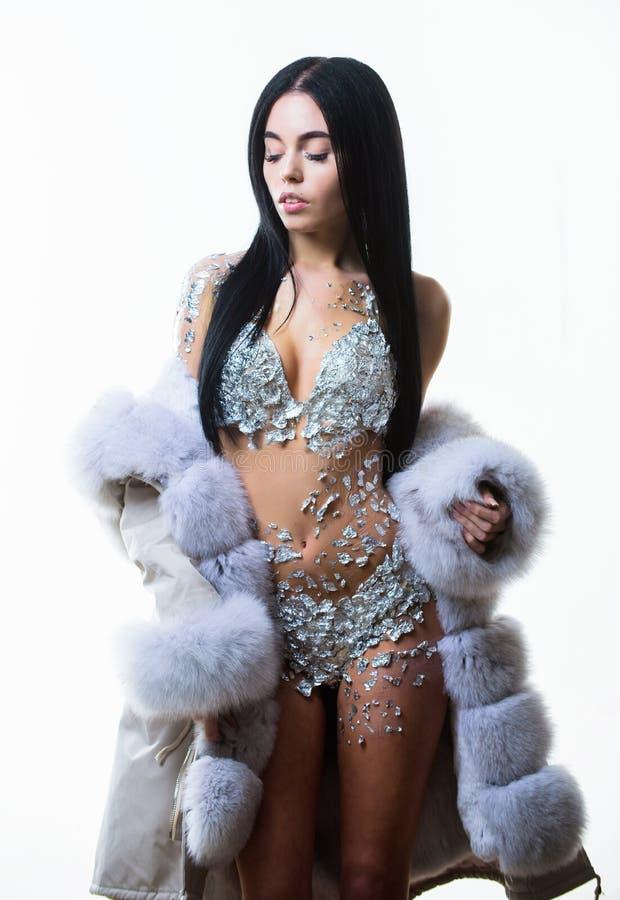 Corps nu attirant de femme miroitant le manteau de fourrure d'usage de lingerie Concept de mode Femelle avec le maquillage utilis image stock
