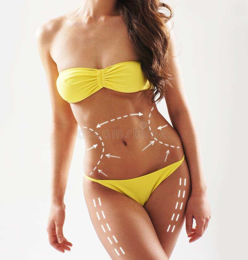 Corps sexy d'une femme dans un maillot de bain jaune photographie stock