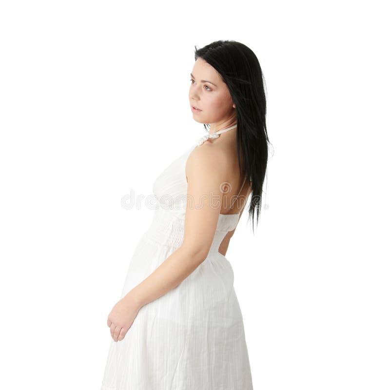 Corpulent Frau im eleganten weißen Kleid lizenzfreie stockfotos