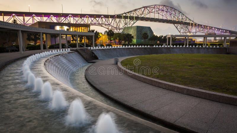 Corpus Christi Harbor Bridge et jardins de l'eau la nuit image stock