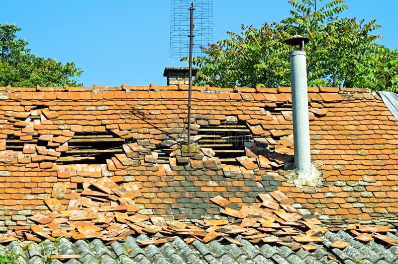 Corra abaixo do telhado de uma construção velha fotos de stock royalty free