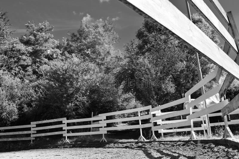 Corral voor paarden van onder, zwart en wit royalty-vrije stock fotografie