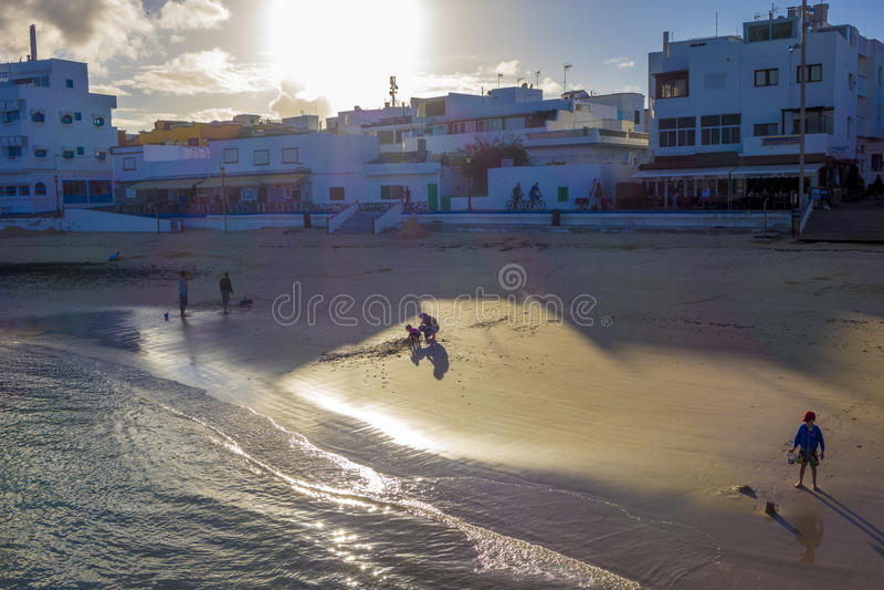Corralejo由后照的镇海滩 库存照片