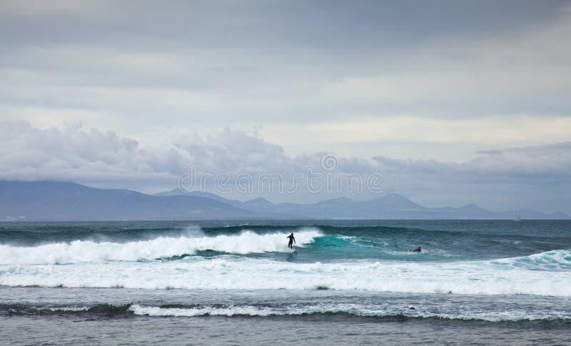 CORRALEJO, ESPAÑA - 27 DE ABRIL: Personas que practica surf fotografía de archivo