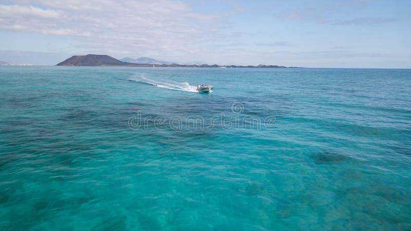 Corralejo Fuerteventura: Touristen, welche die Lobosinsel mit Taxiservice besichtigen lizenzfreie stockbilder