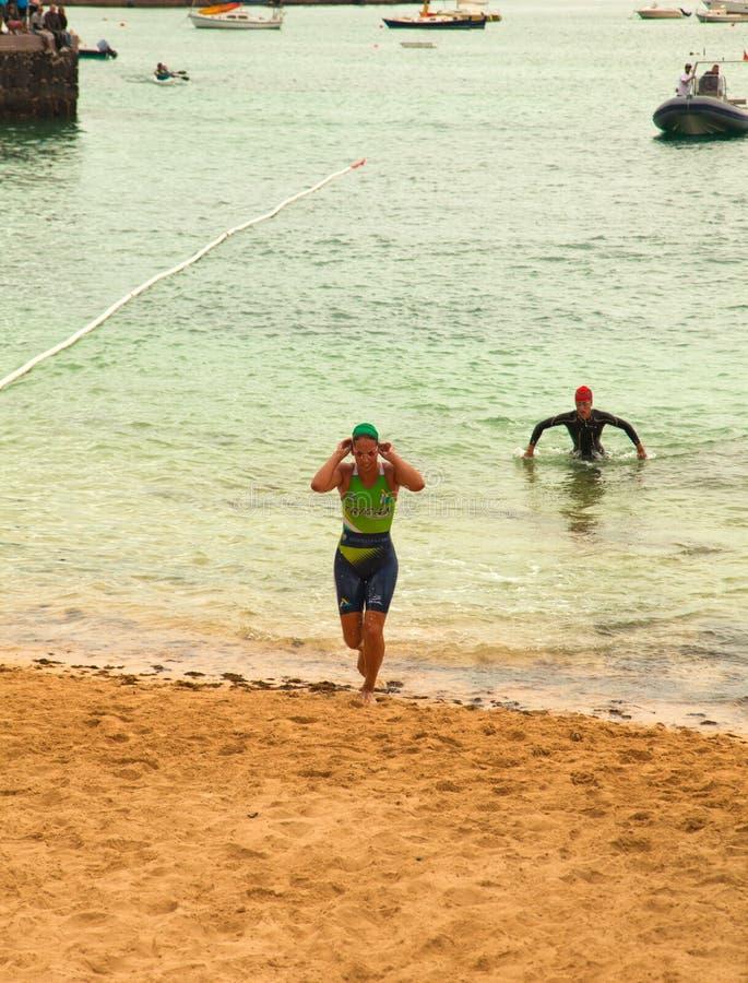 CORRALEJO - Kwiecień 07: Kobiety kończą pływacką część rasa zdjęcia royalty free