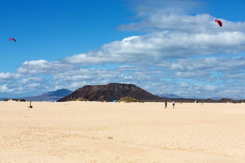 Corralejo sanddyn och slocknade volcanoes inklusive montana Roja i bakgrunden Fuerteventura royaltyfria bilder
