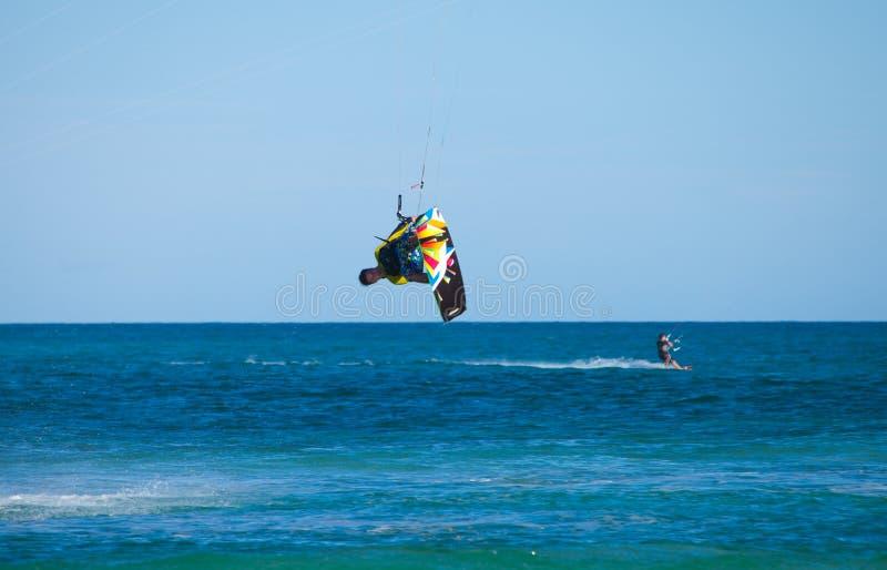 CORRALEJO, SPANIEN - 28. APRIL: Kitesurfer lizenzfreie stockbilder