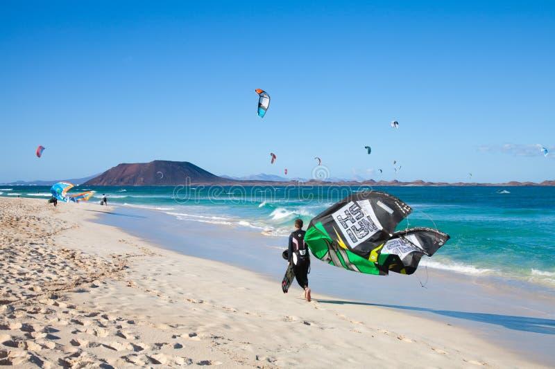 CORRALEJO, SPANIEN - 28. APRIL: Kitesurfers stockfotos