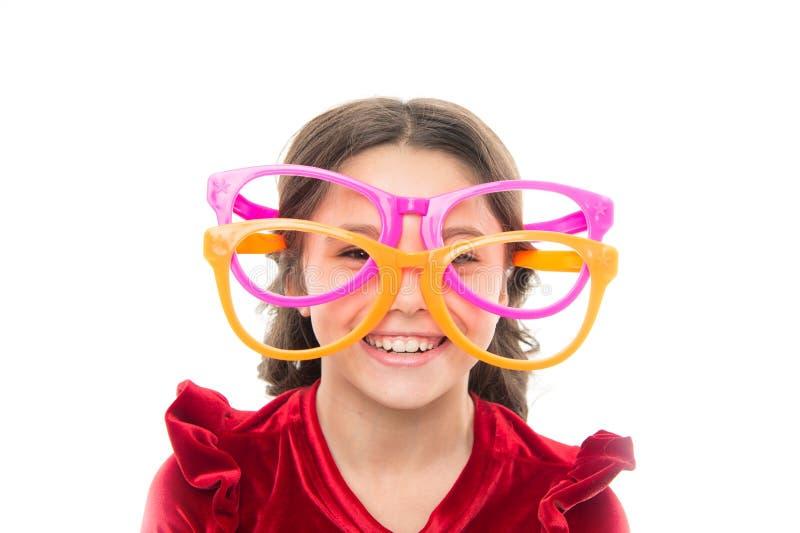 Correção do laser Exercícios do olho para melhorar a visão A criança da menina veste monóculos grandes Visão e saúde Sistema ótic foto de stock royalty free