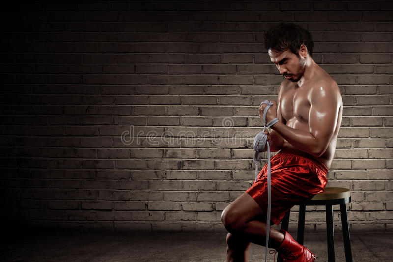 Correa blanca que lleva del hombre asiático joven del boxeador foto de archivo