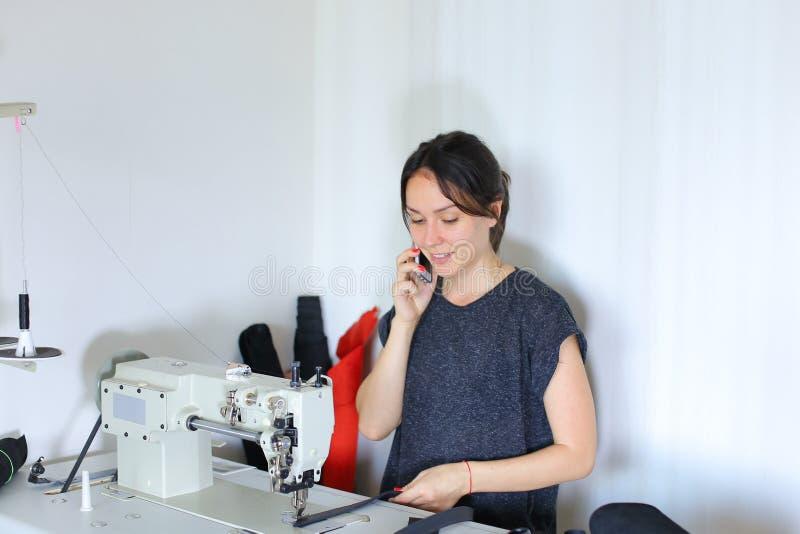 Correa de costura de la costurera usando la máquina de coser fotos de archivo libres de regalías