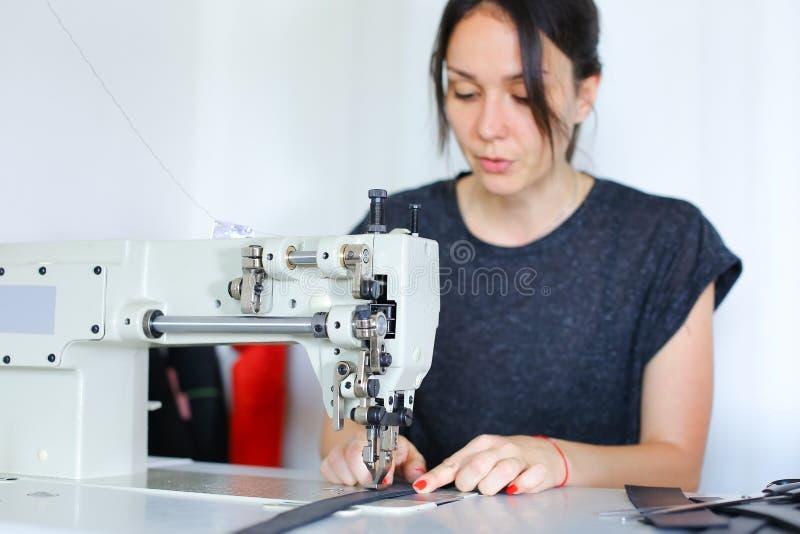 Correa de costura de la costurera usando la máquina de coser imagen de archivo