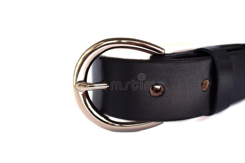 Correa de cuero negra de moda sujetada con la hebilla brillante del metal del cromo aislada en el fondo blanco foto de archivo