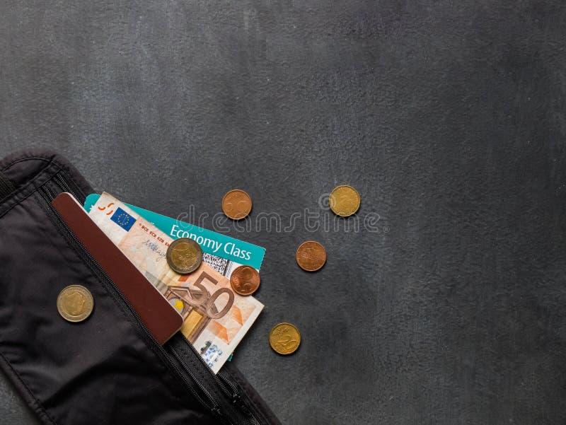 Correa de dinero con el pasaporte fotografía de archivo