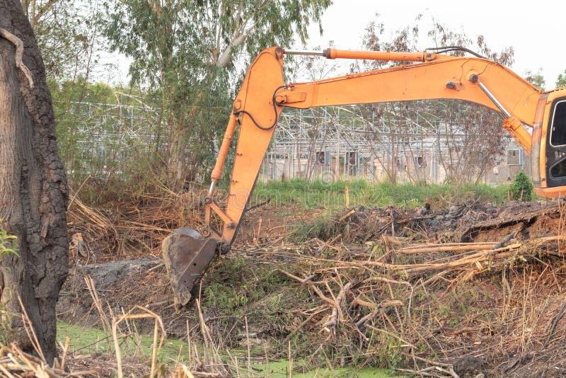 Correa eslabonada del excavador en estructura del emplazamiento de la obra fotografía de archivo