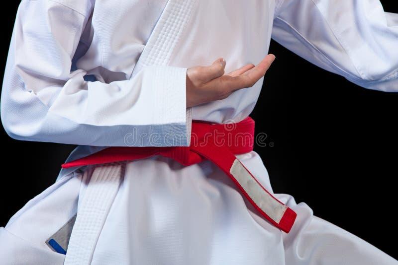 Correa roja del Aikido en el kimono blanco en fondo negro imágenes de archivo libres de regalías