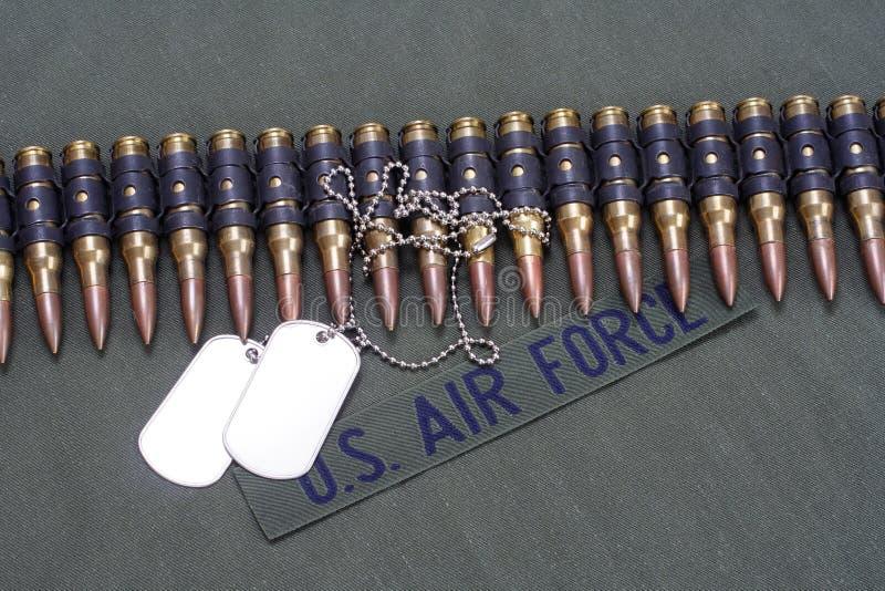 correa y placas de identificación de la munición en fondo uniforme de la FUERZA AÉREA de los E.E.U.U. imagen de archivo