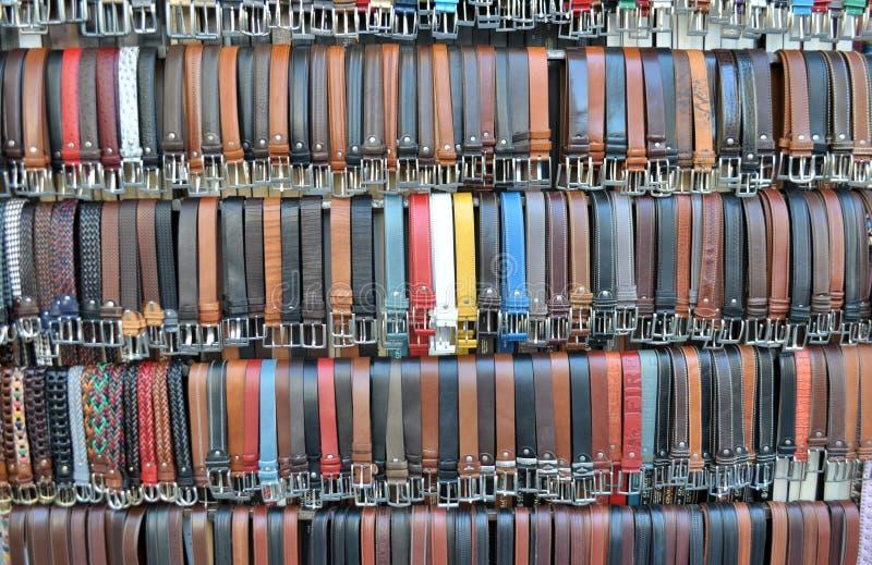 Correas de cuero coloreadas del pantalón imagenes de archivo