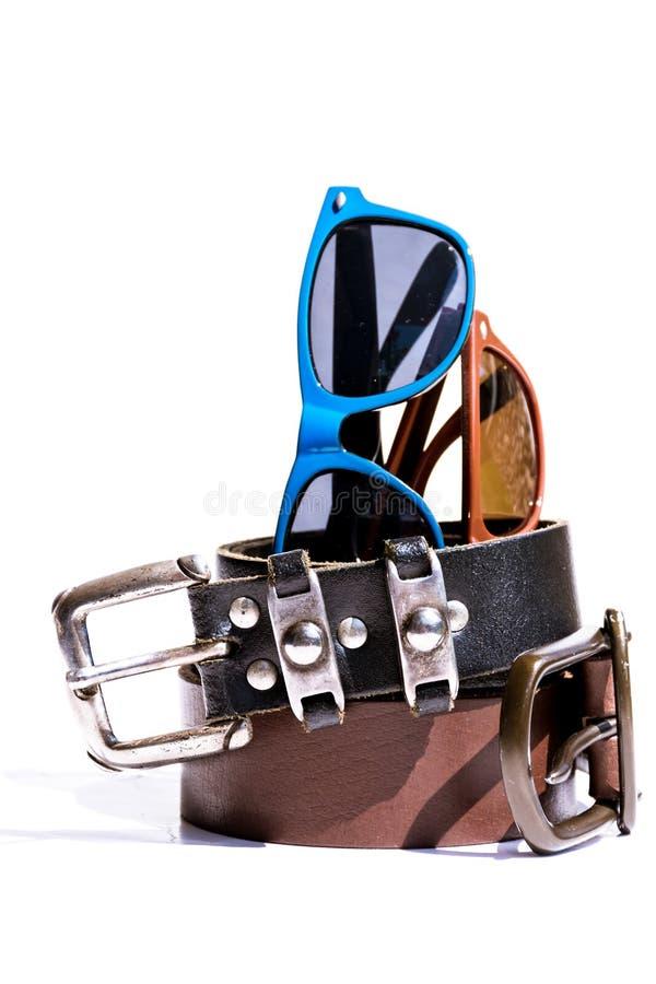 Correas de cuero y gafas de sol elegantes imagenes de archivo