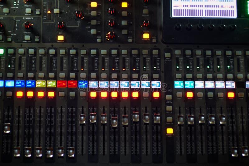 Correct mengend controlemechanisme voor hiphop DJ aan krasverslagen, sporen van de mengelings de levende muziek bij nachtpartij stock afbeeldingen