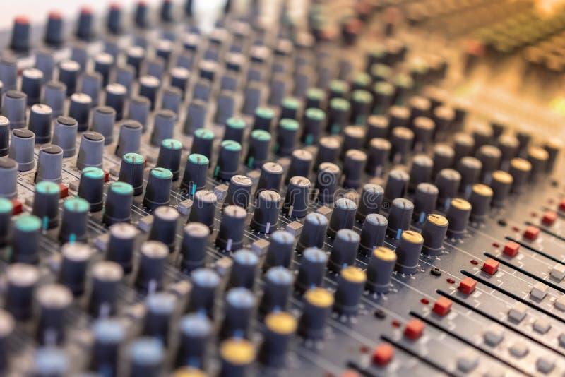 Correcte de equalisercontrole van de technicus audiomixer voor achtergrond stock foto's