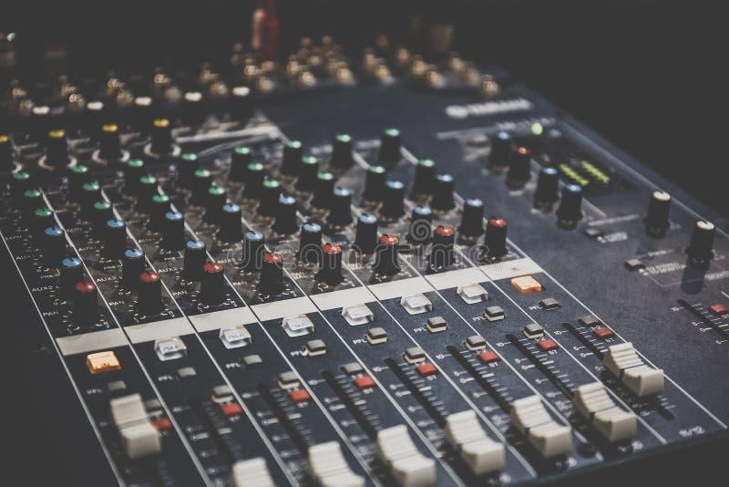 Correcte exploitantconsole of correct mixercontrolebord van DJ voor muziek die en zich op studio of partij mengen registreren royalty-vrije stock foto's