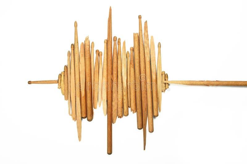 Correcte golf van gebroken houten trommelstokken op wit royalty-vrije stock afbeelding