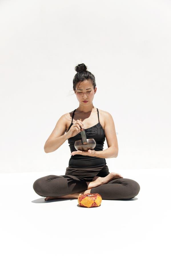 Correcte Helende Vrouw met Tibetaanse Zingende Kom royalty-vrije stock afbeeldingen