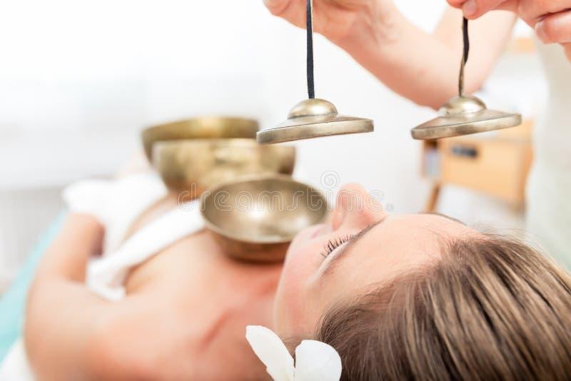 Correcte massage met zingende kommen en klankbekkens stock afbeeldingen