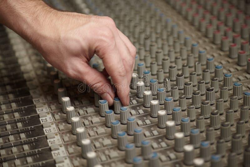 Correcte producenten roterende regelgever van mixer pult stock afbeelding