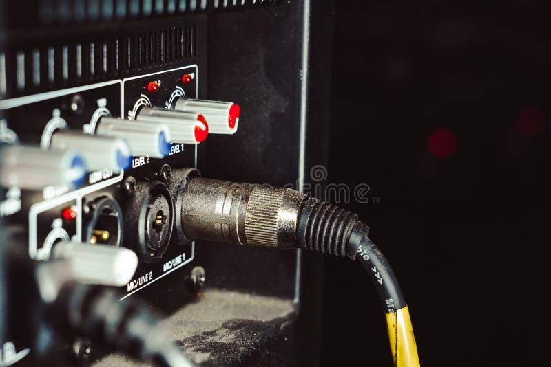 Correcte schakelaars inbegrepen in de audiomixer stock afbeelding