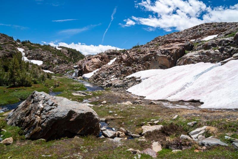 Correction d'autre neige le long du sentier de randonnée de bassin de 20 lacs en sierra orientale Nevada Mountains de la Californ photo stock