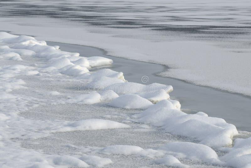 Corrections de dégel sur la rivière en hiver photo libre de droits