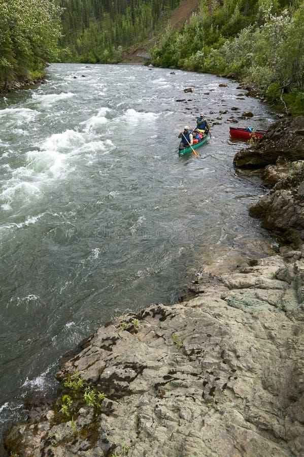 Corredeira Canoeing do rio em Alaska selvagem, remoto fotos de stock