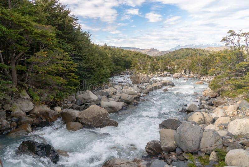 Corredeira e rochas do rio imagens de stock