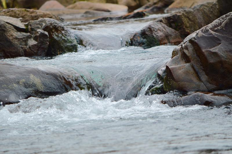 A corredeira sobre as rochas com no rio de Ocoee fotos de stock