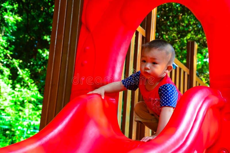 Corrediça da escalada das crianças imagem de stock royalty free