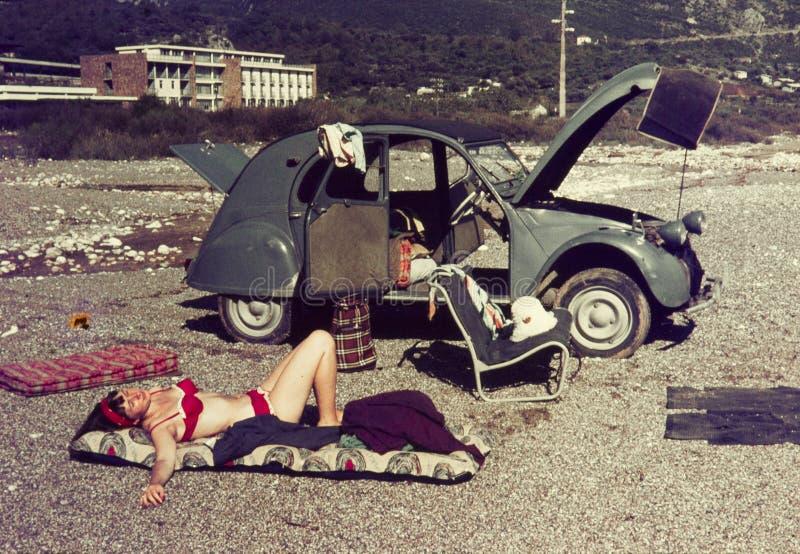 Corrediça de cor original desde 1960 s do vintage, jovem mulher que relaxa o fotos de stock