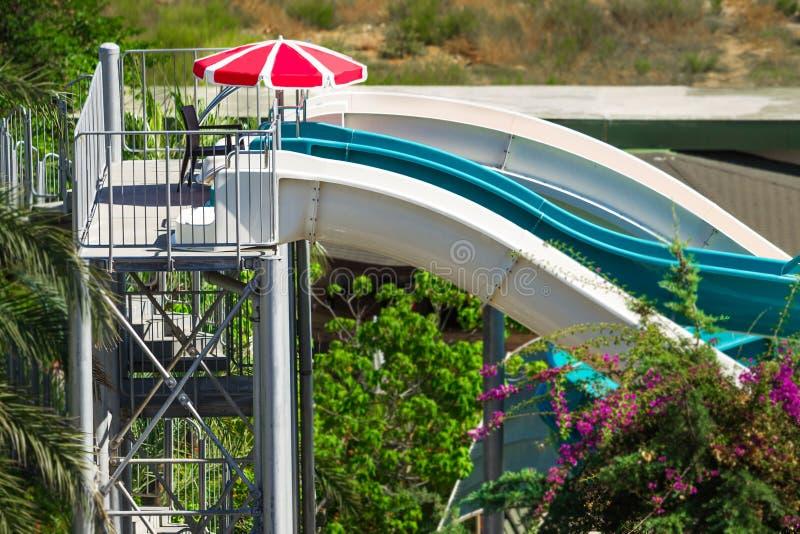 Corrediça do parque da água no recurso exótico luxuoso fotos de stock royalty free