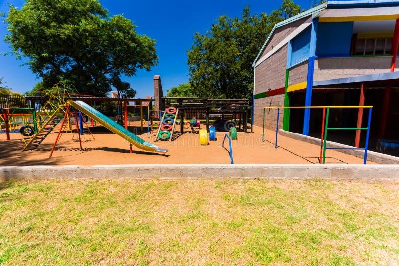 Corrediça pré-escolar colorida vazia do campo de jogos fotos de stock royalty free